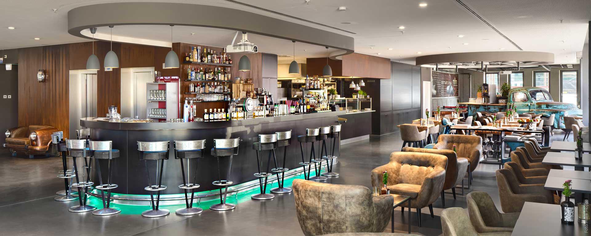 V8 HOTEL PICK-UP Bar: Café mit Terrasse, Drinks & Cocktails mit Supercar-Ambiente - auf dem Flugfeld in Böblingen, Region Stuttgart