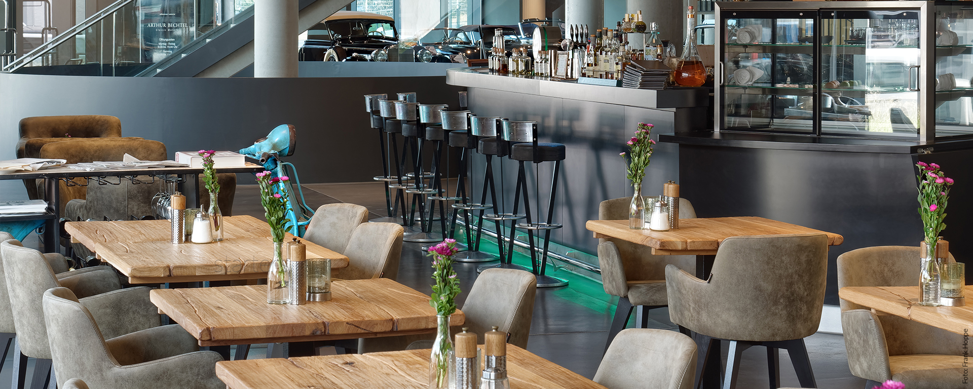 Das Restaurant & BAR PickUp im V8 Hotel Böblingen (BB) bietet Ihnen Frühstück, Brunch an Feiertagen, Mittagessen, Mittagessen und Business-Lunch, Dinner und Bar-Betrieb. Gut Essen & Trinken, Supercar-Ambiente inklusive!