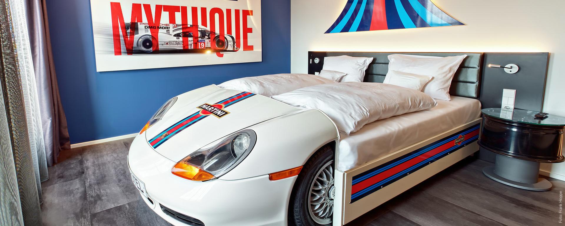 """Vier Sterne V8 Hotel Böblingen: Mythos """"Martini-Racing"""" mit Porsche Boxster-Bett: Die Unterkunft für Porsche-Liebhaber: """"Petrolheads"""" Themenzimmer"""