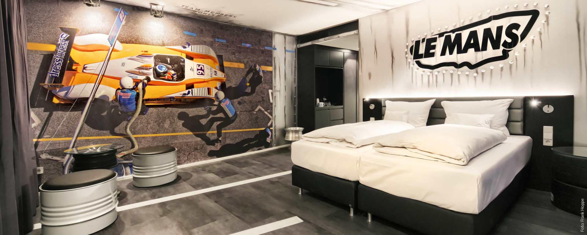 Das Le Mans-Themen- und Designzimmer im vier Sterne Superior V8 Hotel Böblingen: Unterkunft, Übernachtung, Zimmer, B&B in der Region Stuttgart.