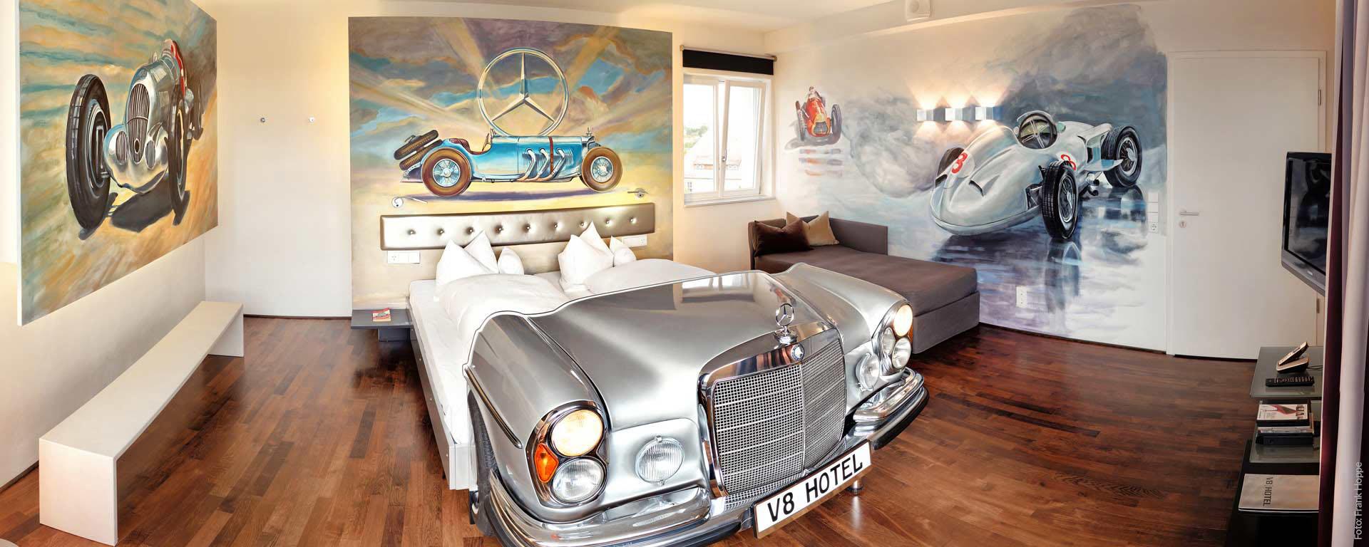 Kurzurlaub im vier Sterne Superior V8 Hotel Böblingen bei Stuttgart: Genießen Sie das besondere Flair automobiler Geschichte und Gegenwart!