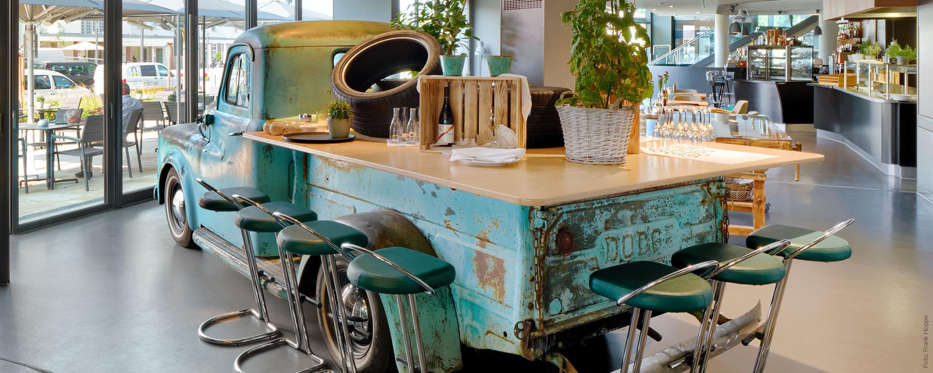 V8 HOTEL Restaurant & Bar PICK-UP in Böblingen/ Sindelfingen Flugfeld: gutbürgerlich Essen, Frühstück, Mittagessen, Abendessen - an der Bar relaxen.