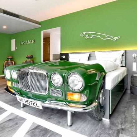 V8 Designhotel - Auto-Mobile Themenzimmer - ein Muss für Autoenthusiasten oder Mercedes-Abholer - auch die Idee als Geschenk-Gutschein