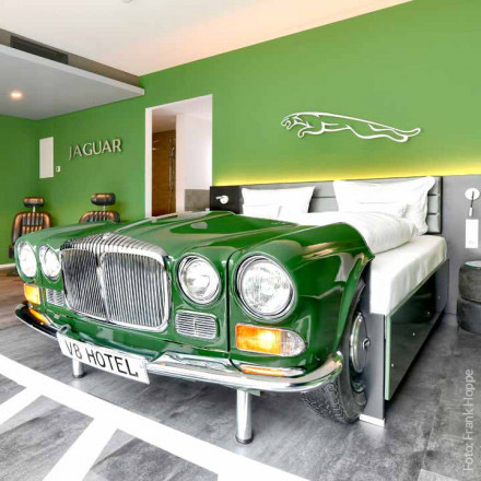 V8 HOTEL in Böblingen: Unterkunft und Übernachtung im Designhotel mit Themen-Zimmern für Jaguar-Fans. Geschenkgutschein - die Top-Geschenkidee
